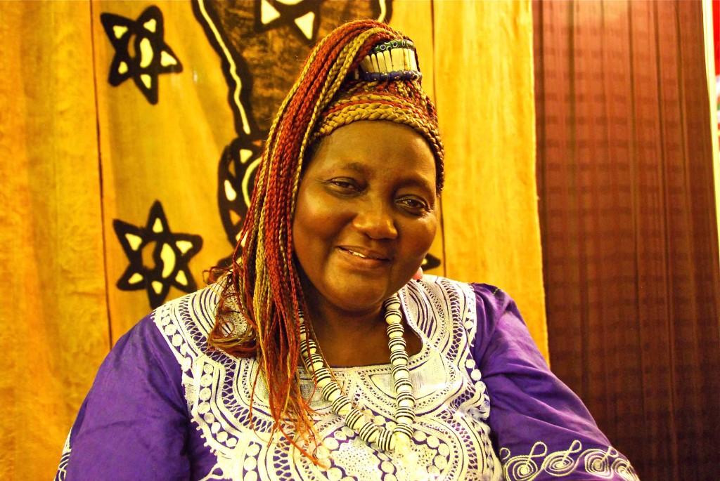 Mujer con trenzas en Dakar