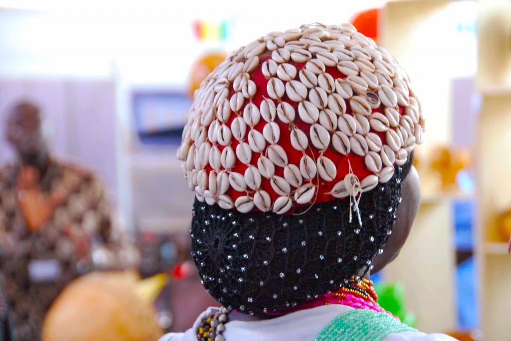 Elegante sonrero de conchas del sur de Senegal