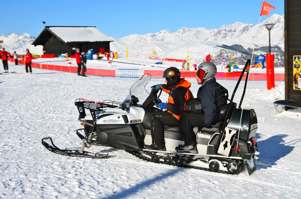 Ascenso en motonieve a la fábrica de nieve. Peyragudes, Altos Pirineos. Francia Copyright Hernando Reyes