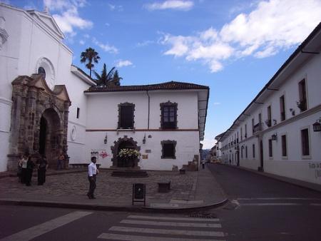 Calle del centro histórico de Popayán, Colombia.
