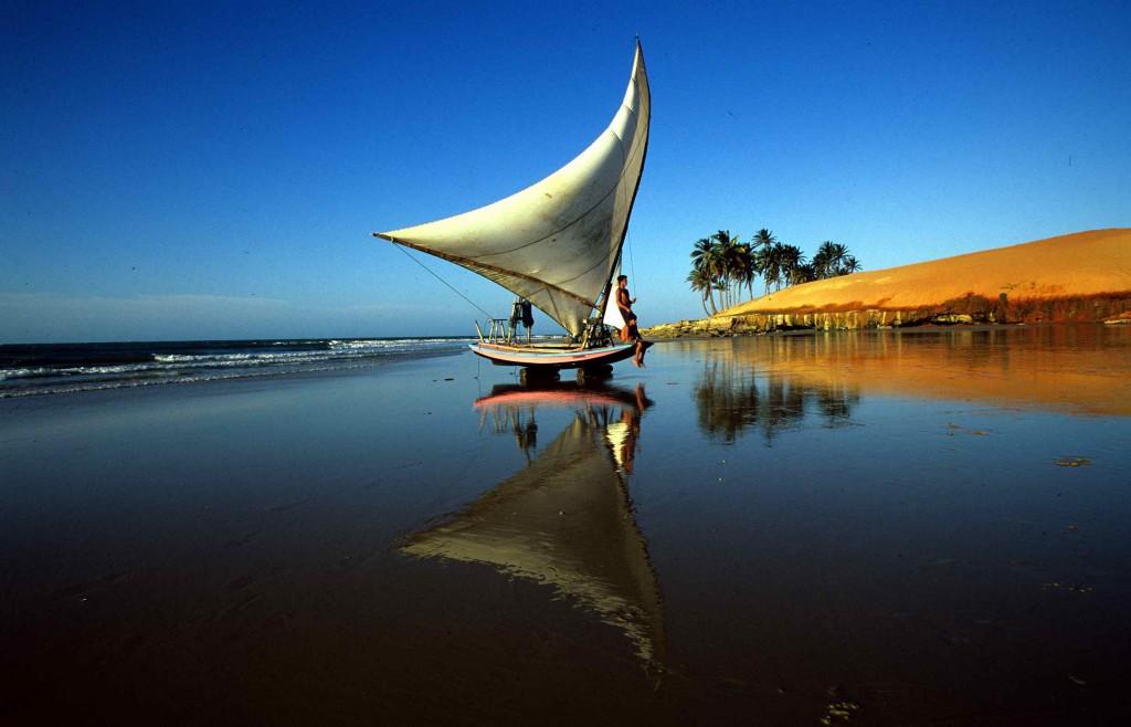 Foto cedida a ALTUM por EMBRATUR. Típica embarcación de Ceará, llamada Jangada.